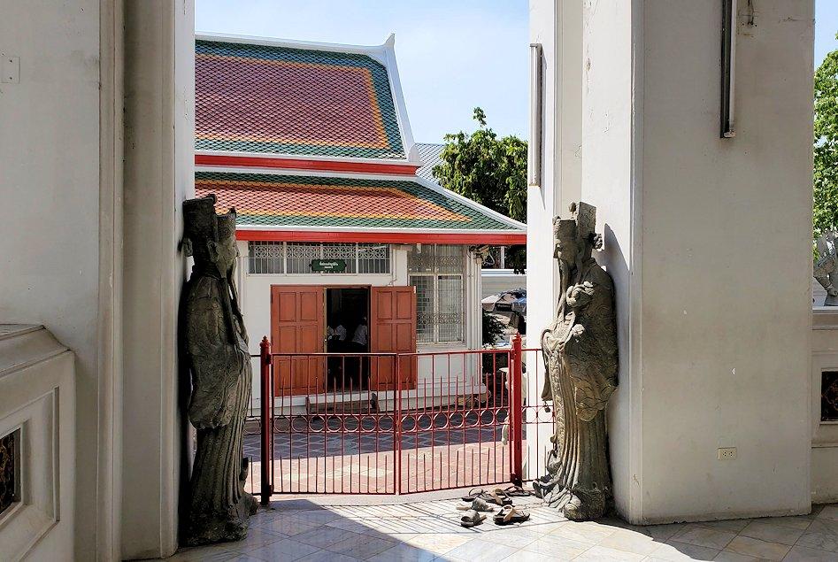 バンコク市内のワットポーで黄金の寝釈迦像がある建物内部