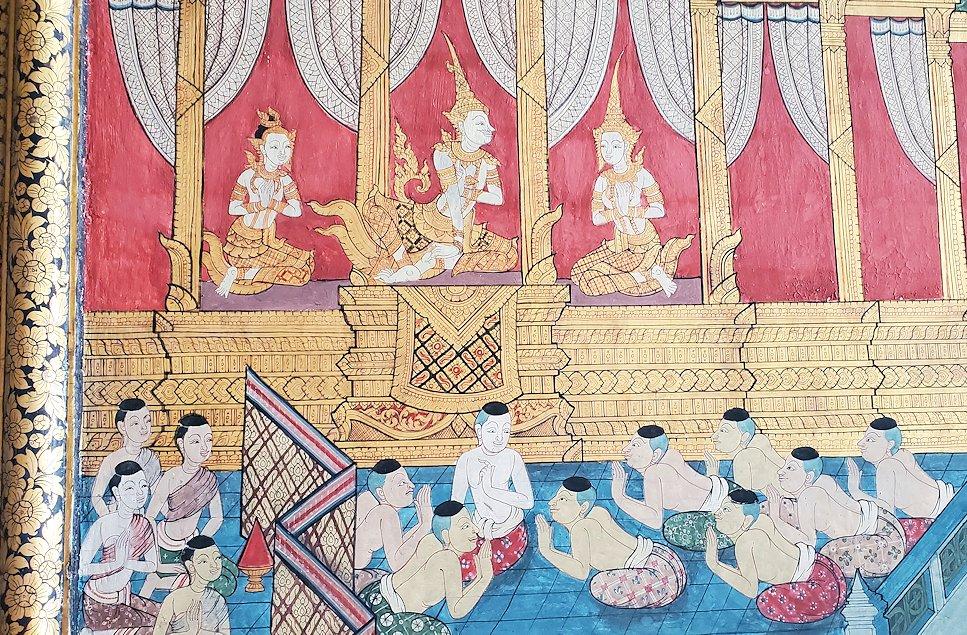 バンコク市内のワットポーで黄金の寝釈迦像のある建物に描かれている絵画-2