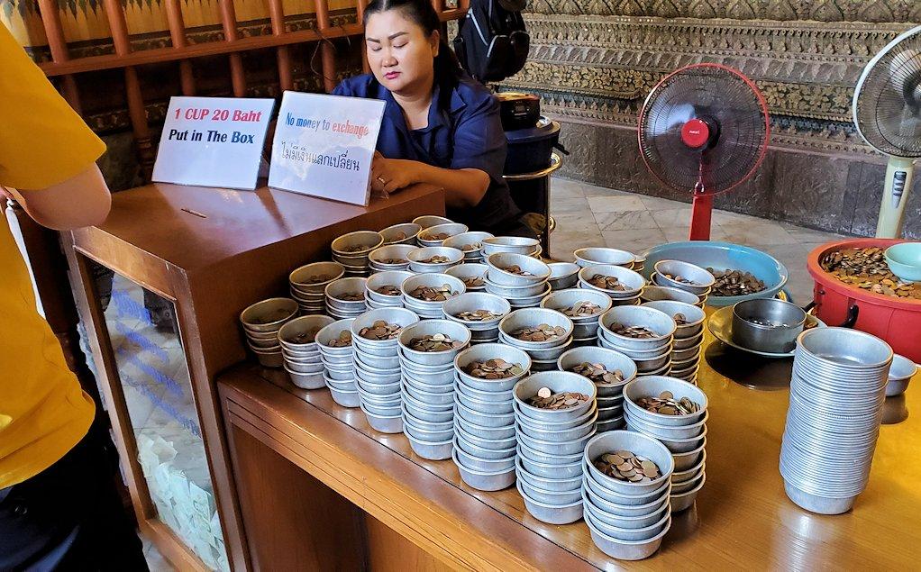 バンコク市内のワットポーで黄金の寝釈迦像のある建物にで売られていたコイン