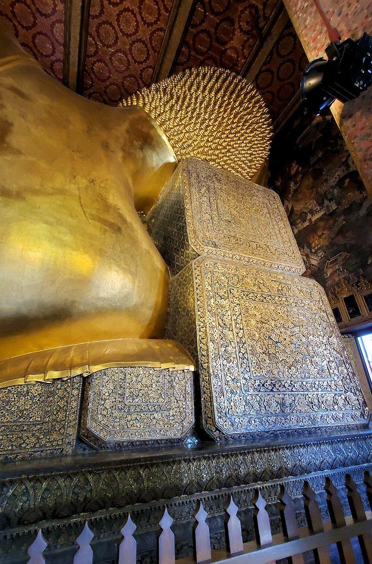 ワット・ポー内の涅槃像の裏から見た後頭部