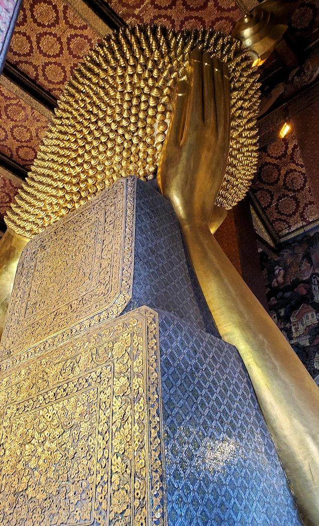 ワット・ポー内の涅槃像の裏から見た後頭部と枕