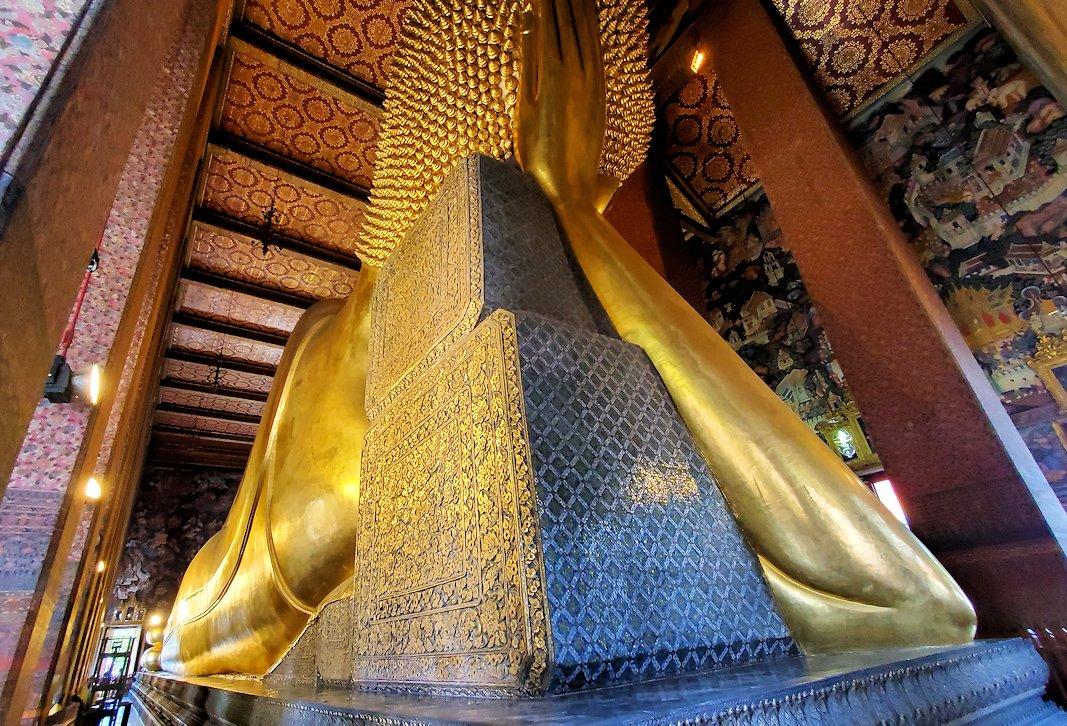 ワット・ポー内の涅槃像の裏から見た後頭部と枕-2