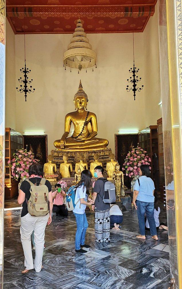 ワット・ポー内部にある建物にはお釈迦様の像が飾られている