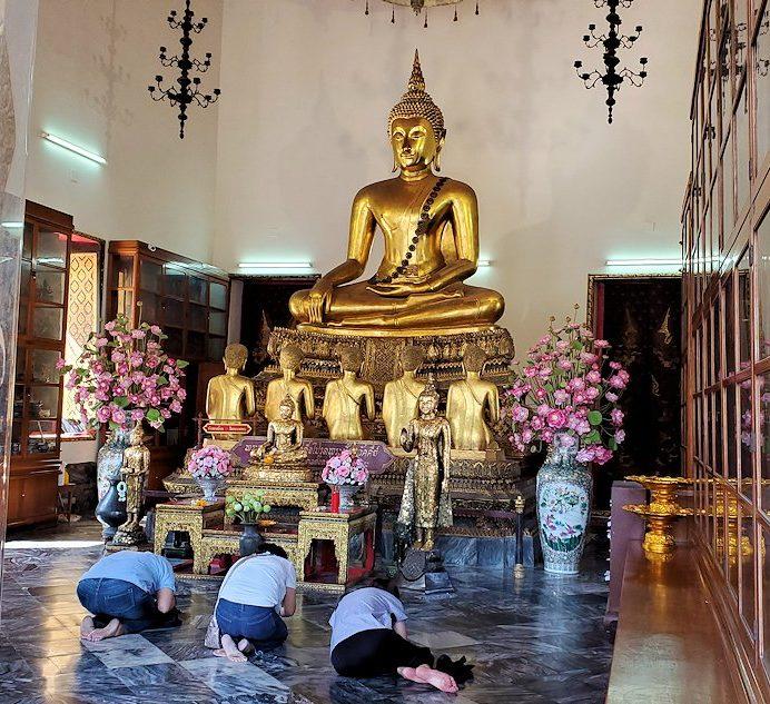 ワット・ポー内部にある建物にはお釈迦様の像が飾られている-2