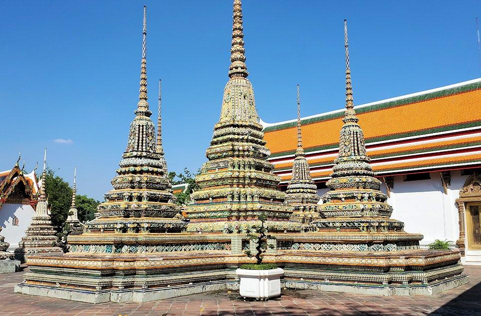 ワット・ポー内部にある建物にはお釈迦様の像と共にこのような仏塔があります