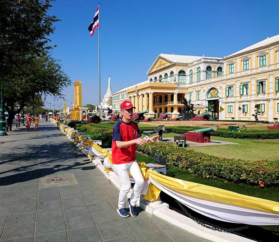 ワットポー近くの王宮跡周辺にあったタイ国防省の建物前で記念撮影