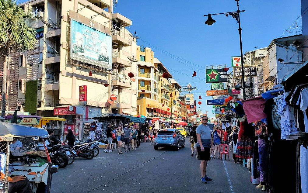 バンコク市内でもカオスな存在のカオサン通り