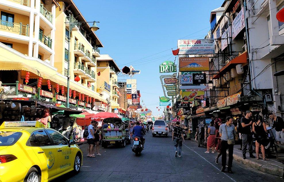 バンコク市内でもカオスな存在のカオサン通りの光景です
