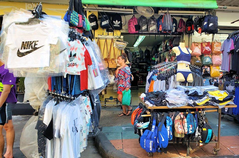 バンコク市内でもカオスな存在のカオサン通りの光景です-2