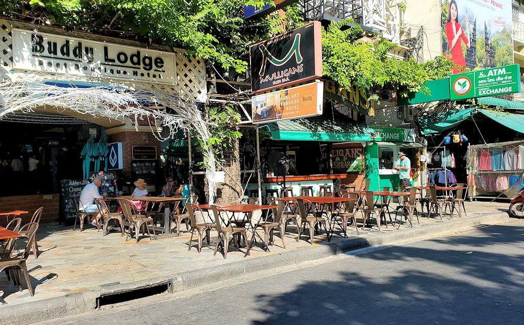 バンコク市内でもカオスな存在のカオサン通りの光景です-3