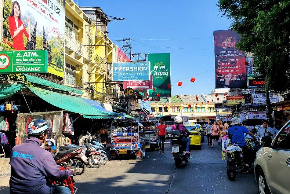 バンコク市内でもカオスな存在のカオサン通りの光景です-4