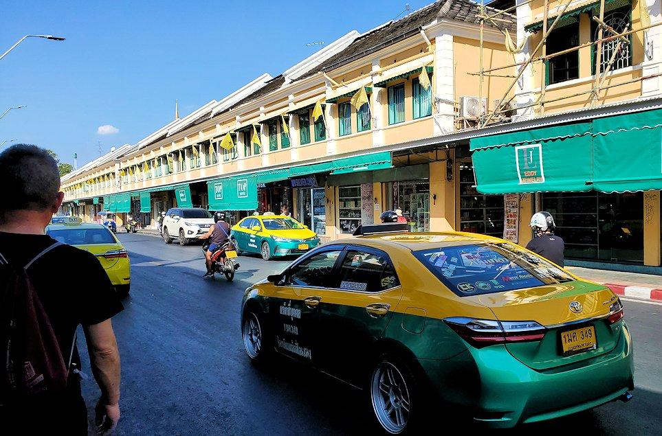 バンコク市内でもカオスな存在のカオサン通りの光景です-5