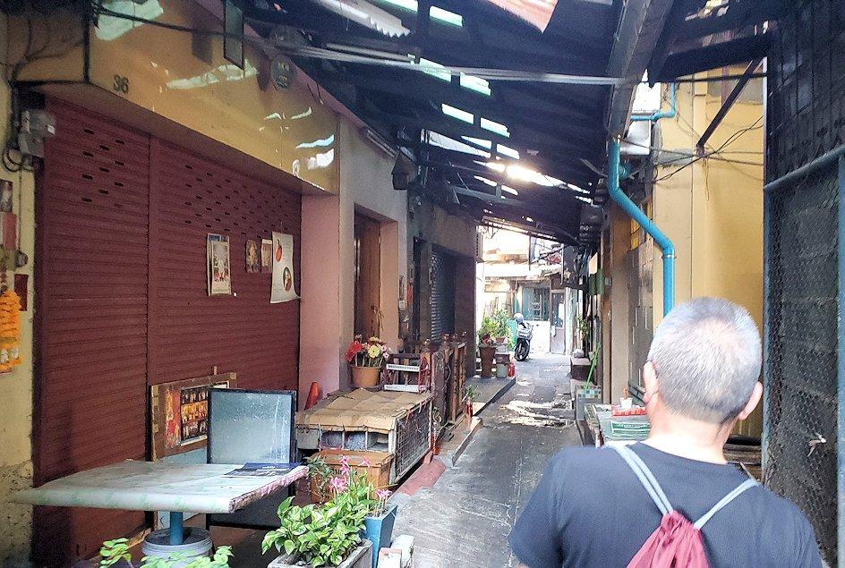バンコク市内でもカオスな存在のカオサン通りから内側の路地を入る