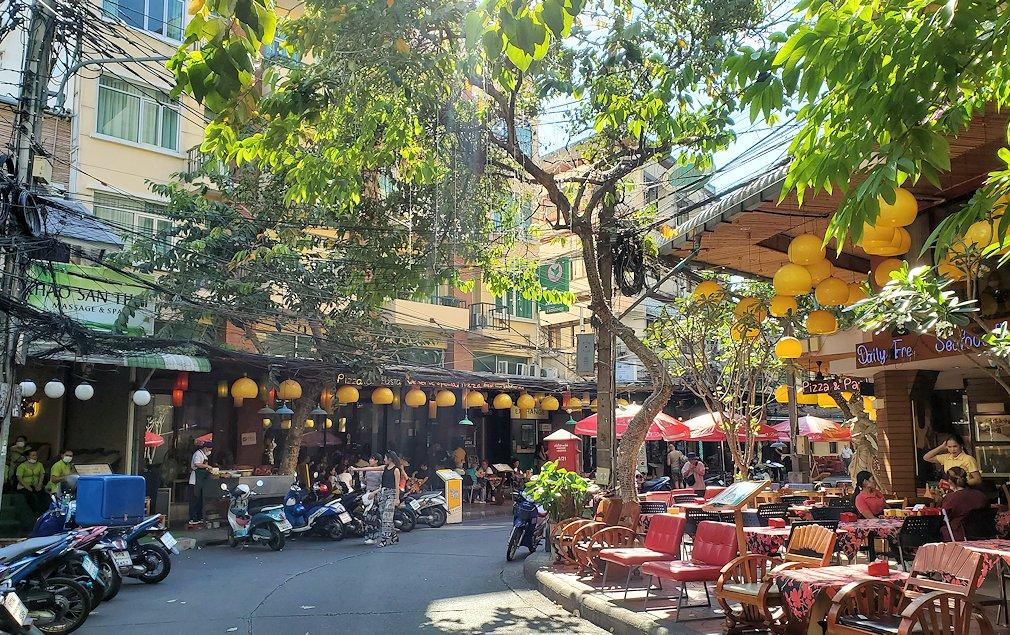 バンコク市内でもカオスな存在のカオサン通りの内側の通り
