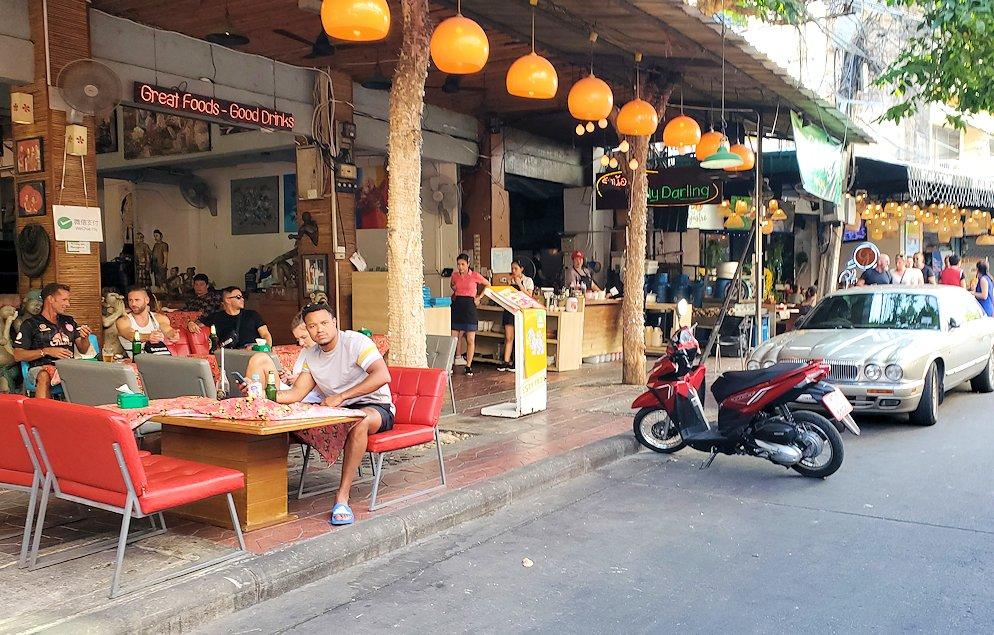バンコク市内でもカオスな存在のカオサン通りの内側の通り-2