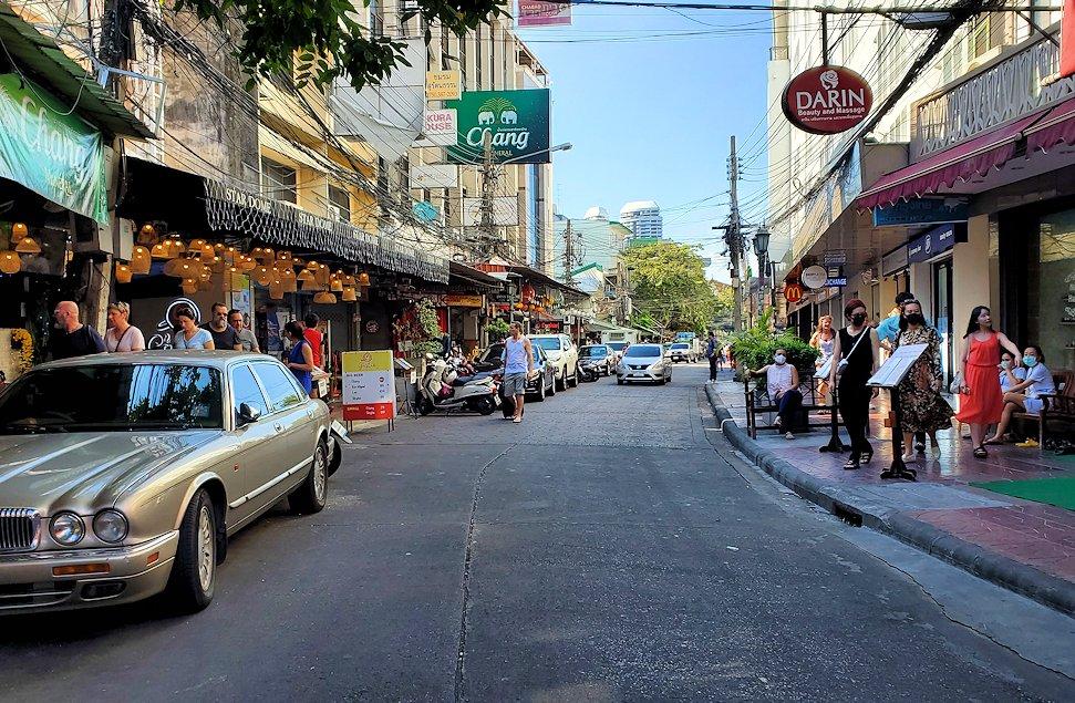 バンコク市内でもカオスな存在のカオサン通りの内側の通り-3