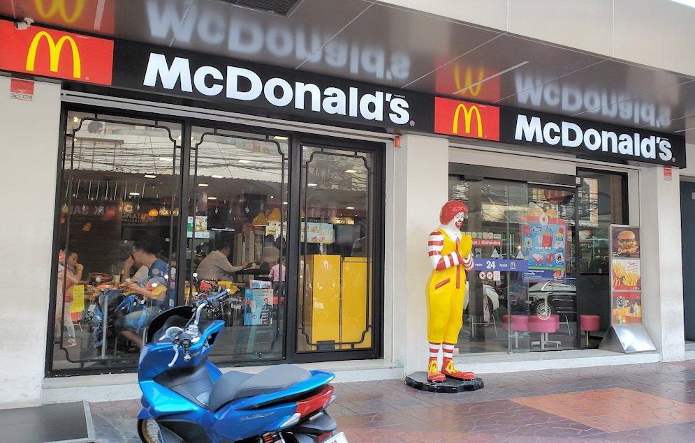 バンコク市内でもカオスな存在のカオサン通りにあったマクドナルドとドナルド君の像