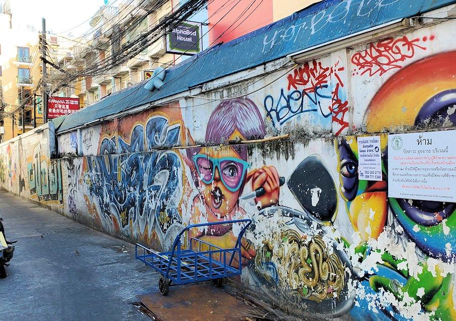 バンコク市内でもカオスな存在のカオサン通りにあった落書きアート
