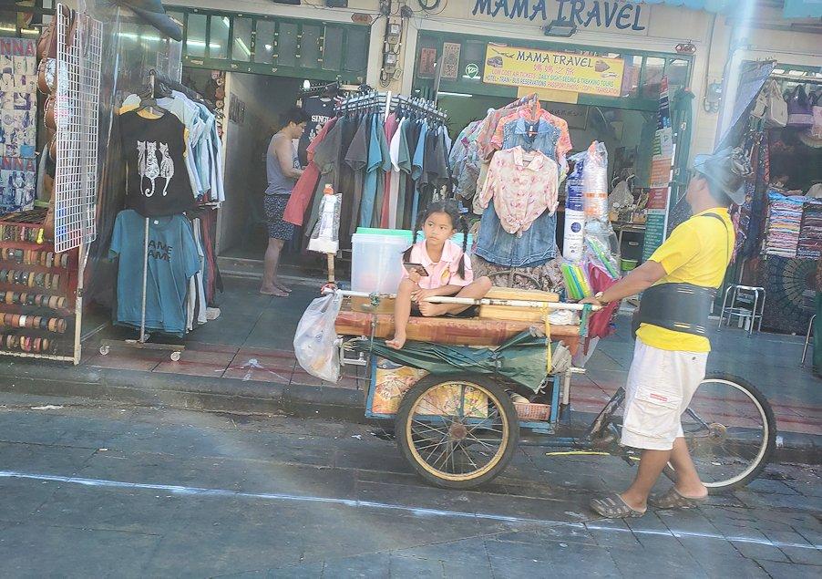 バンコク市内でもカオスな存在のカオサン通りの台車の上に座る女の子