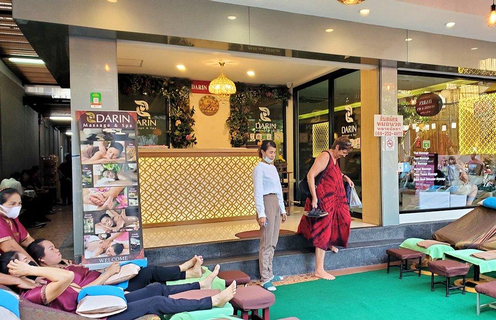 バンコク市内でもカオスな存在のカオサン通りで入ったタイ古式マッサージ店