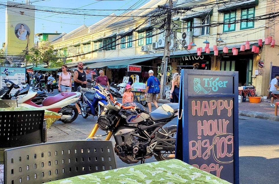 バンコク市内でもカオスな存在のカオサン通りで入ったタイ古式マッサージ店の後に入ったレストラン
