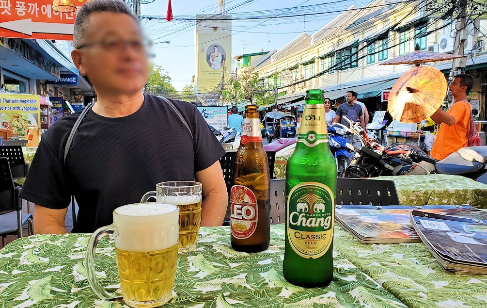 カオサン通りで入ったレストランでChang beerを注文する