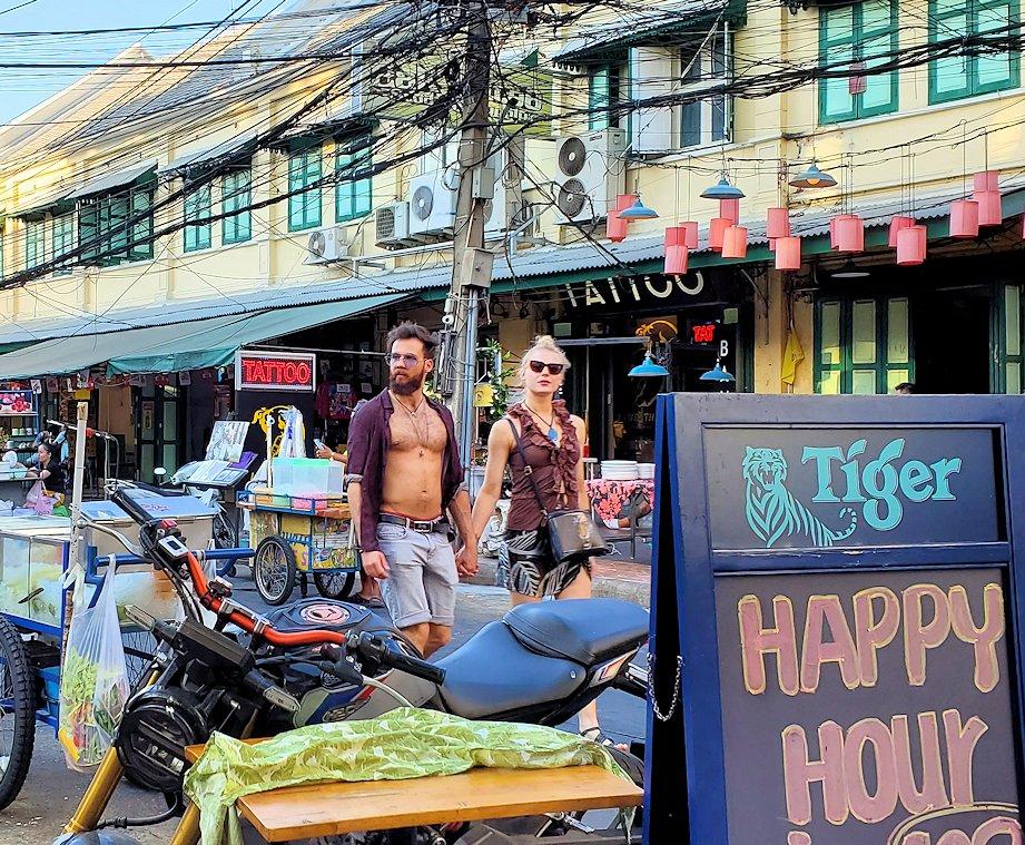 カオサン通りで入ったレストラン前を通る人達
