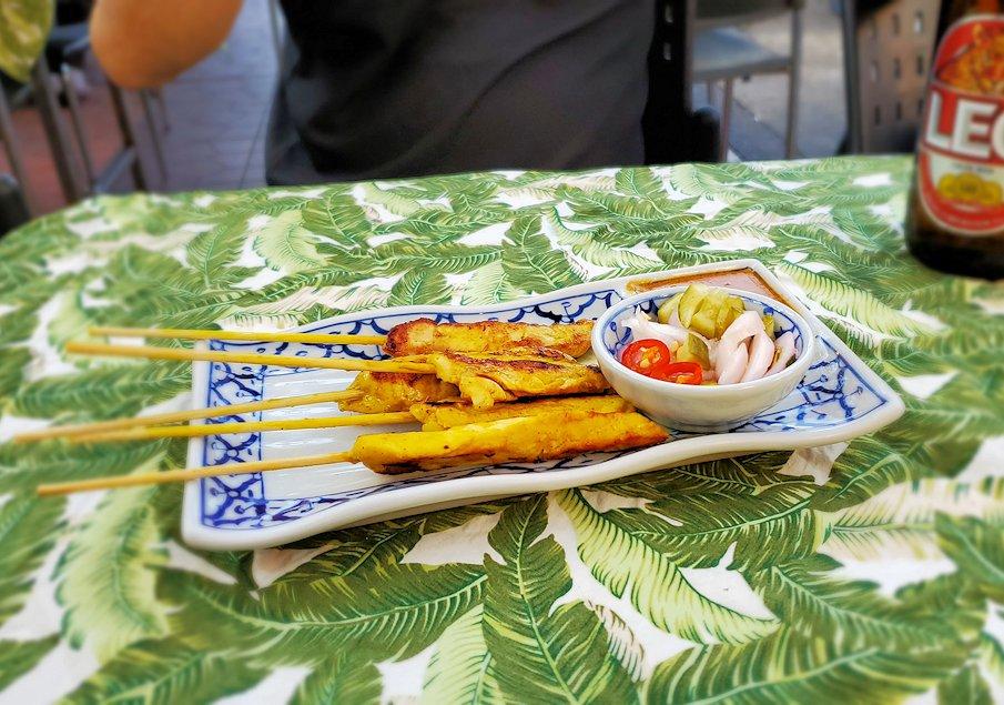 カオサン通りで入ったレストランで注文した串焼き