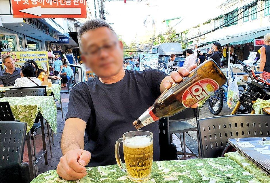 カオサン通りで入ったレストランで嬉しそうにビールと串焼きを味わう、バリ島オジサン
