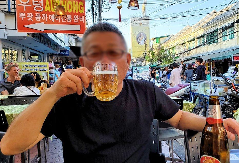 カオサン通りで入ったレストランで嬉しそうにビールと串焼きを味わう、バリ島オジサン-3