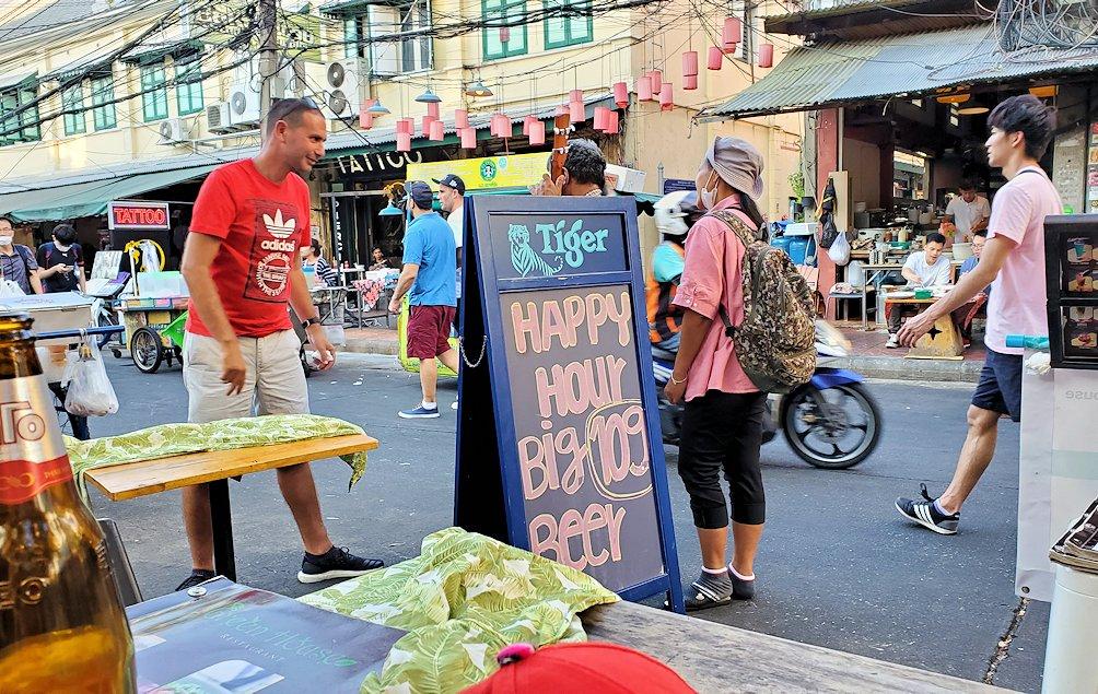 バンコク市内のカオサン通りの雰囲気を