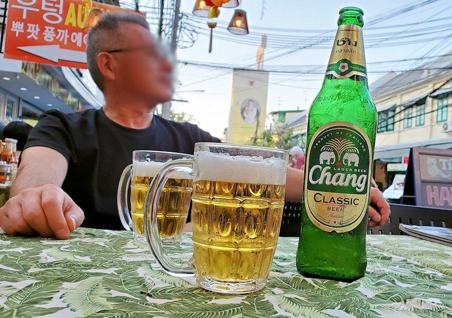 バンコク市内のカオサン通りでくつろいでビールを味わう