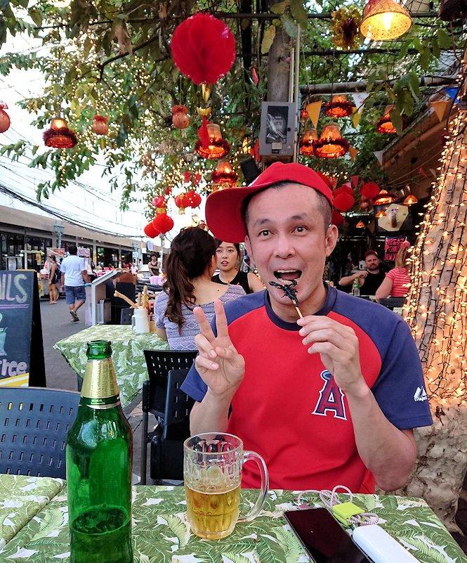 バンコク市内のカオサン通りでサソリを食べる