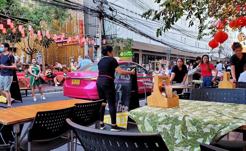 夕暮れ時のカオサン通りで、レストランの席が道にせり出してくる
