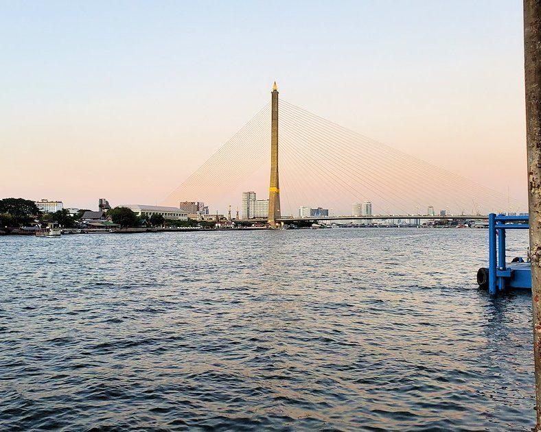 チャオプラヤー川に架かる「ラーマ8世橋(Rama Ⅷ Bridge)」