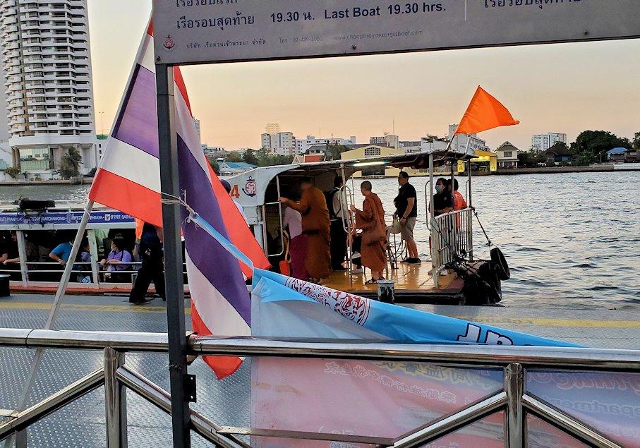 チャオプラヤー川にを運航する船を眺める