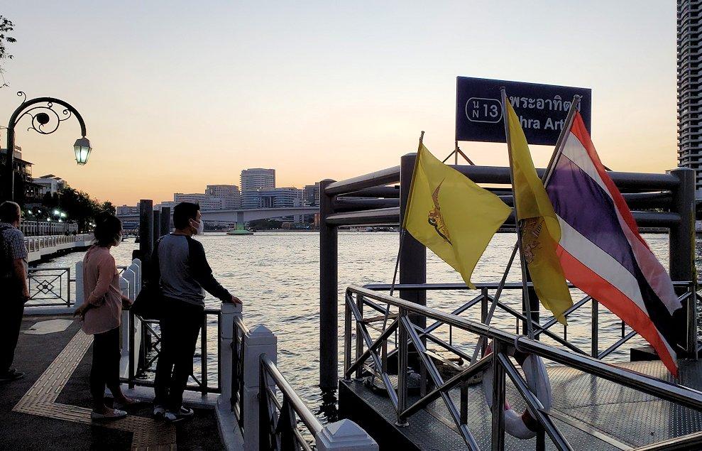 チャオプラヤー川にを運航する船着き場