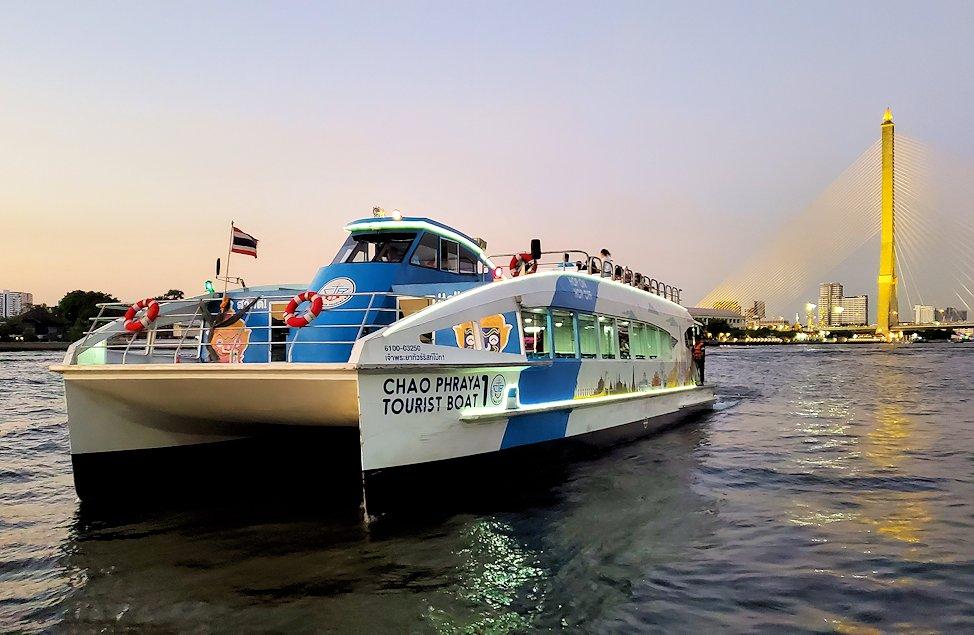 チャオプラヤー川を走るクルーズ船