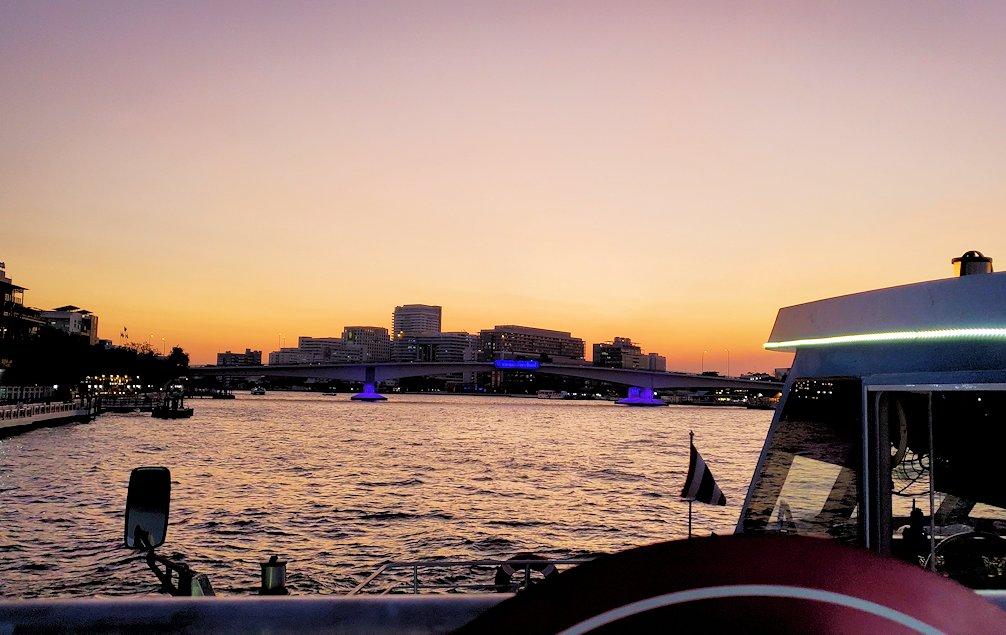 チャオプラヤー川を走るクルーズ船から夕焼けを眺める
