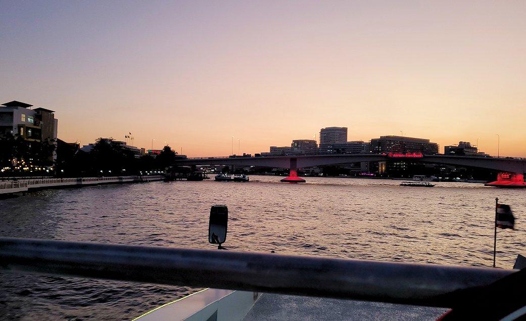 チャオプラヤー川を走るクルーズ船から夕焼けを眺める-2
