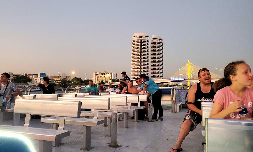 チャオプラヤー川を走るクルーズ船から夕焼けを眺める-3