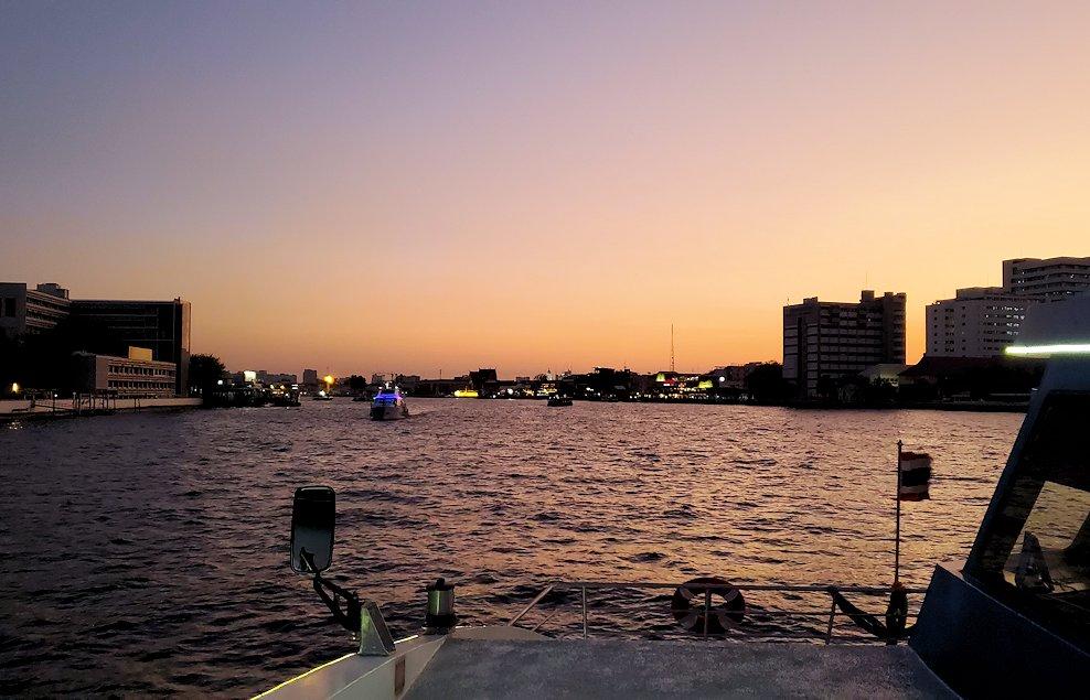 チャオプラヤー川を走るクルーズ船から夕焼けを眺める-4