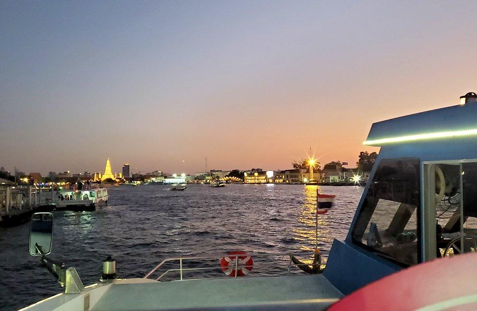 チャオプラヤー川を走るクルーズ船で暗くなってきたバンコク市内の景色