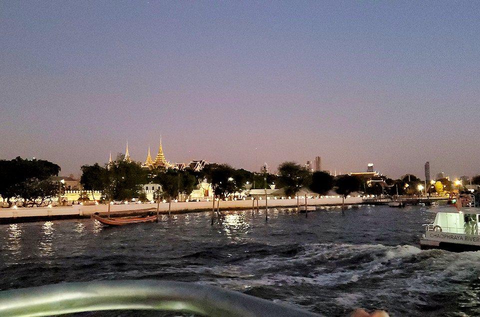 チャオプラヤー川を走るクルーズ船で暗くなってきたバンコク市内の景色に見えたワットポー