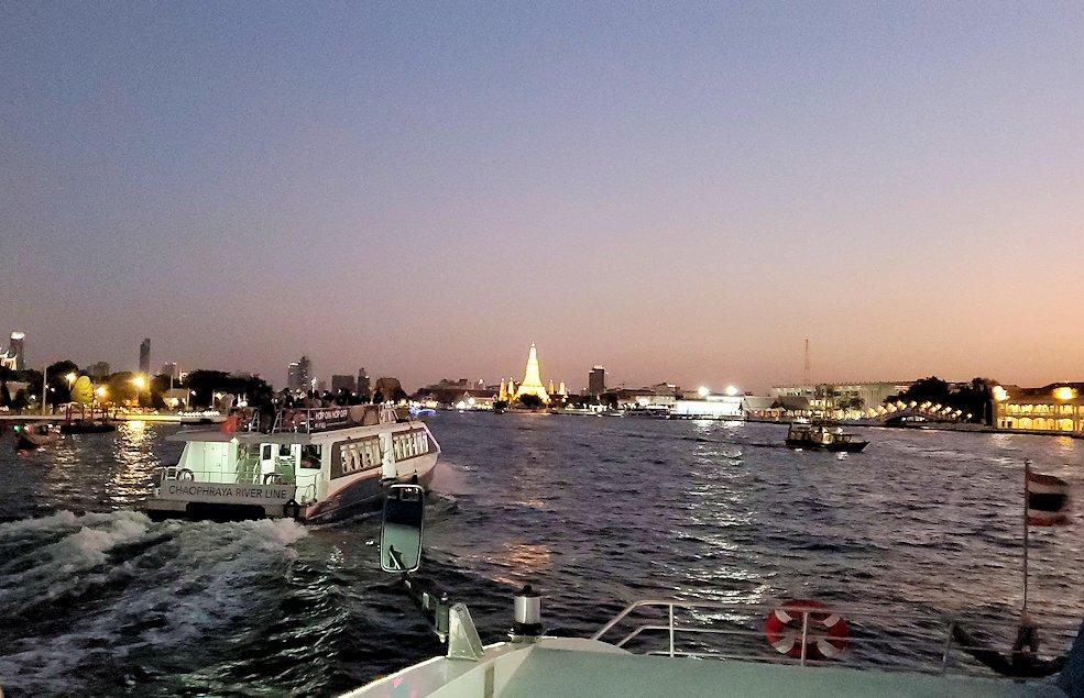 チャオプラヤー川を走るクルーズ船で暗くなってきたバンコク市内の景色に見えたワットポー-2