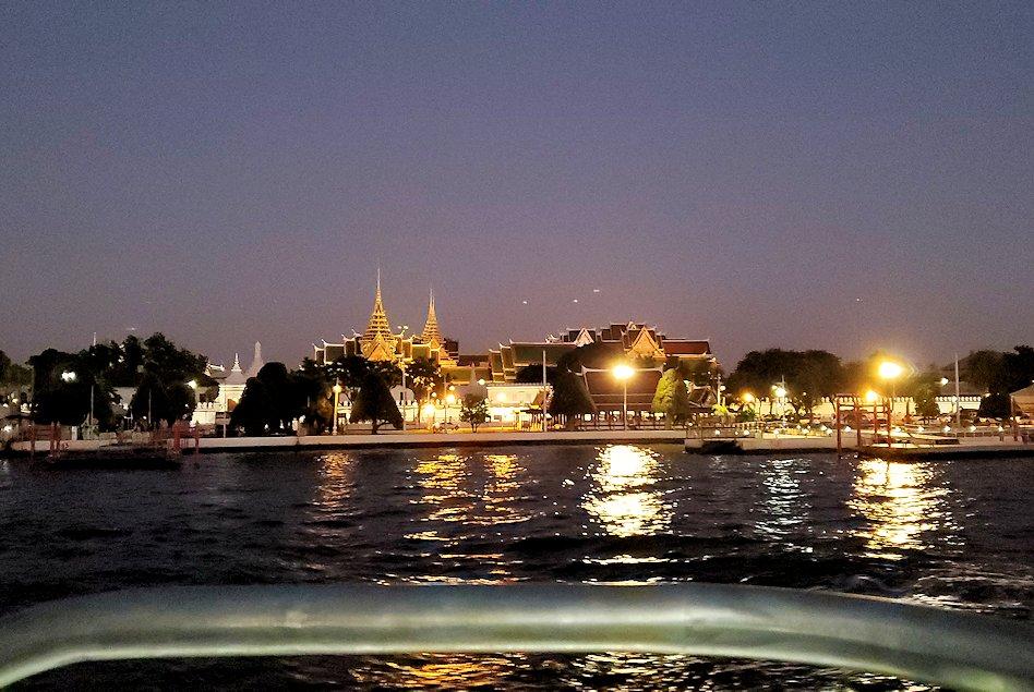 チャオプラヤー川を走るクルーズ船で暗くなってきたバンコク市内の景色に見えたワットポー-3