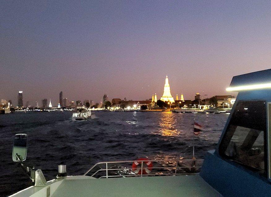 チャオプラヤー川を走るクルーズ船で暗くなってきたバンコク市内の景色に見えたワット・アルン