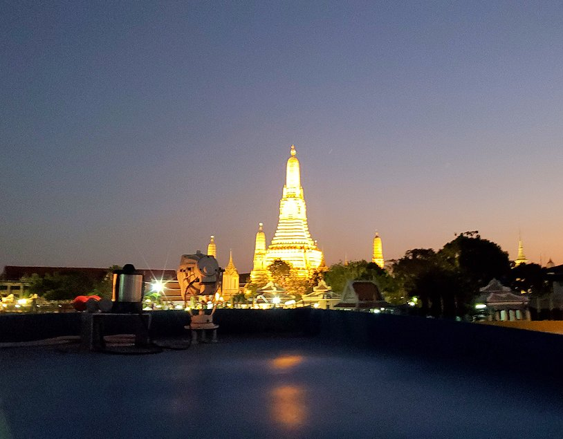 チャオプラヤー川を走るクルーズ船で暗くなってきたバンコク市内の景色に見えたワット・アルン-2
