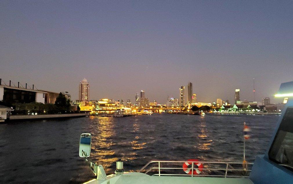 暗くなってきたチャオプラヤー川から眺めるバンコク市内の景色-2