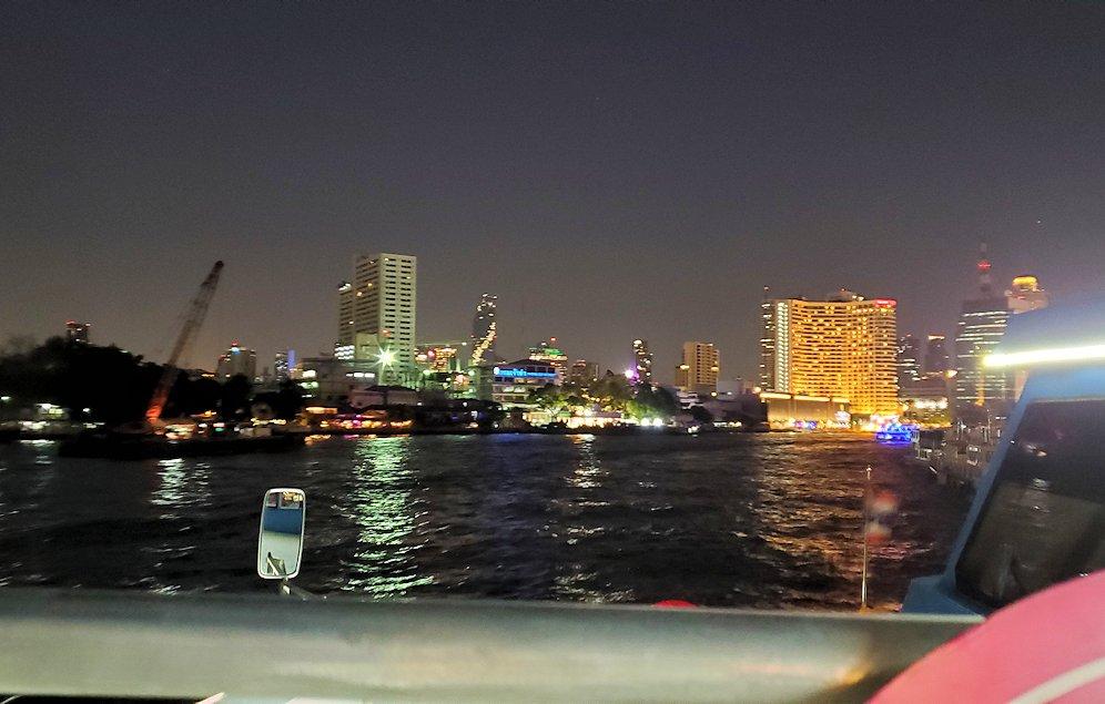 暗くなってきたチャオプラヤー川から眺めるバンコク市内の景色-4